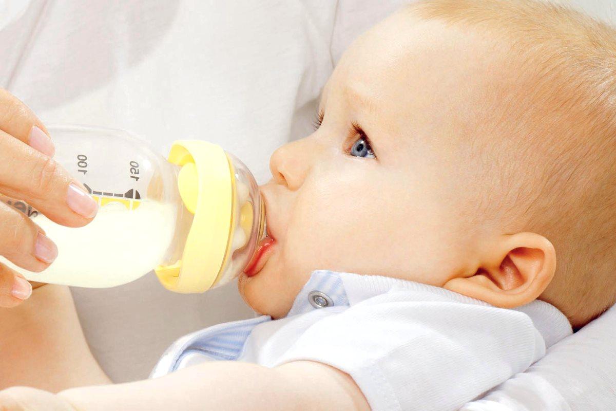 Детей заставляют пить только грудное молоко